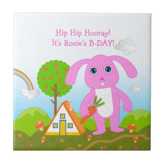Azulejo De Cerámica Fiesta del feliz cumpleaños con el conejo rosado