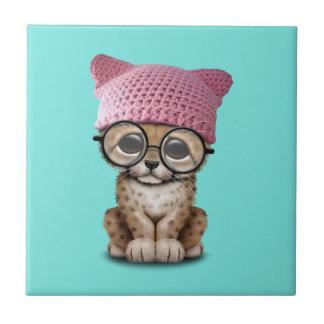 Azulejo De Cerámica Gorra del gatito de Cub del guepardo que lleva