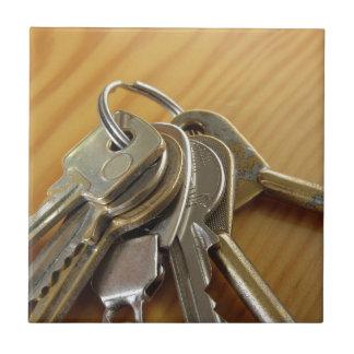 Azulejo De Cerámica Manojo de llaves gastadas de la casa en la tabla