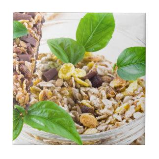 Azulejo De Cerámica Mezcla seca de muesli y de cereal en un cuenco de