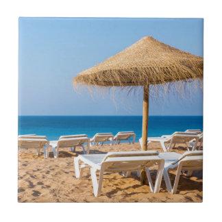 Azulejo De Cerámica Parasol de mimbre con la playa beds.JPG