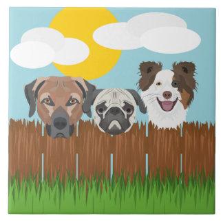 Azulejo De Cerámica Perros afortunados del ilustracion en una cerca de