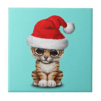 Azulejo De Cerámica Tigre Cub lindo que lleva un gorra de Santa