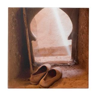 Azulejo De Cerámica Zapatos marroquíes en la ventana