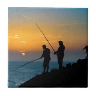 Azulejo Dos hombres que pescan en la orilla