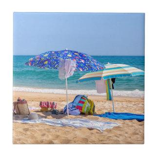 Azulejo Dos sombrillas y fuentes de la playa en sea.JPG