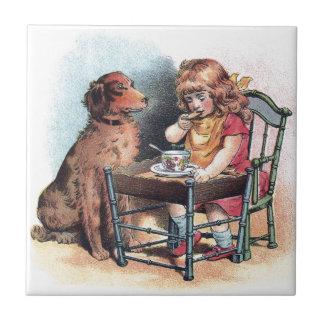 Azulejo El niño de observación del perro come