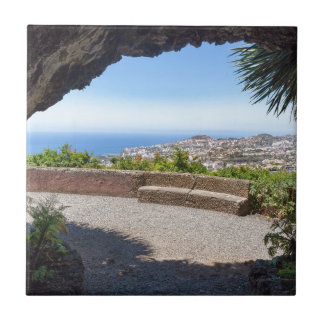 Azulejo Excave la perspectiva en el mar y el pueblo en