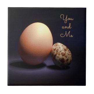 Azulejo Huevos del pollo y de codornices en amor. Texto