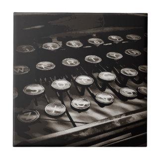 Azulejo La máquina de escribir antigua vieja cierra blanco