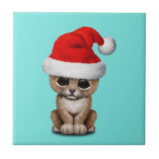 Azulejo León Cub lindo que lleva un gorra de Santa