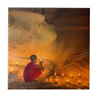 Azulejo Monje que ruega por un Buda