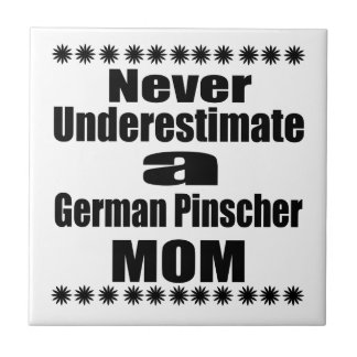 Azulejo Nunca subestime a la mamá alemana del Pinscher