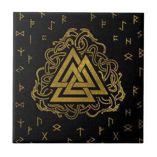 Azulejo Símbolo de Valknut del oro en modelo de las runas