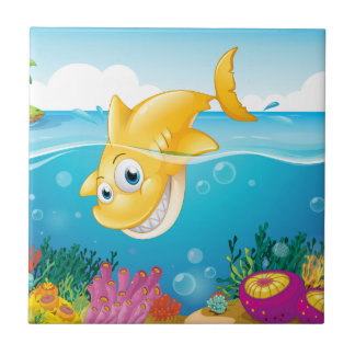 Azulejo Un salto amarillo del tiburón en el mar