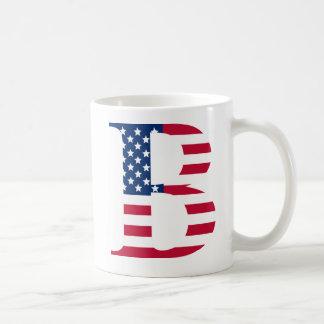 B pone letras a blanco patriótico taza de la obra