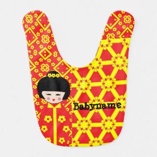 Babero asiático del bebé de la muñeca del
