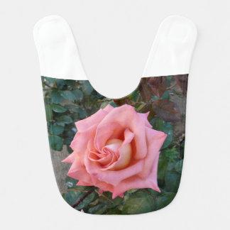 Babero color de rosa rosado