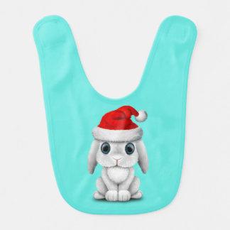 Babero Conejito blanco del bebé que lleva un gorra de