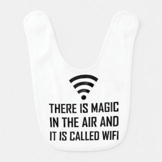 Babero La magia en el aire es Wifi
