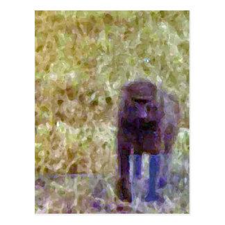 Babuino que camina a través de la hierba tarjetas postales