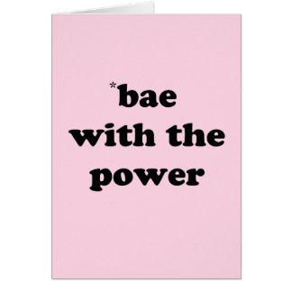 Bae con la tarjeta de felicitaciones del poder