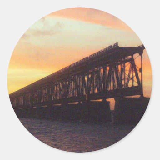 Bahía Honda cerca el puente con barandilla Etiquetas Redondas