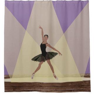 Bailarina afroamericana en la cortina de ducha de