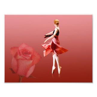 Bailarina de giro con el rosa rojo impresión fotográfica