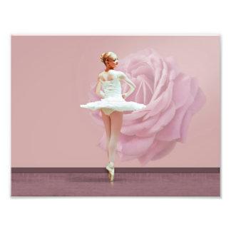 Bailarina en blanco con color de rosa rosado impresiones fotográficas