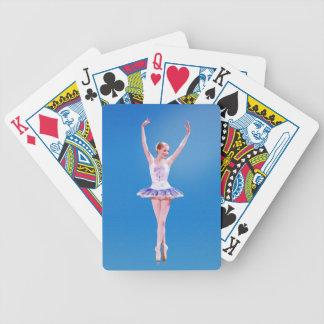 Bailarina en púrpura y blanco en azul baraja