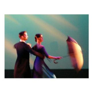 Bailarines del salón de baile con el paraguas postal