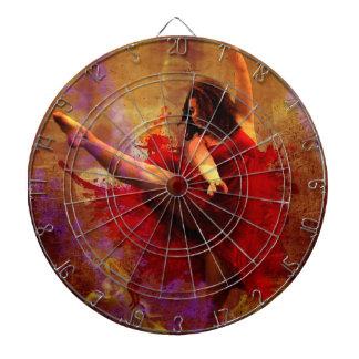 Baile más, bailarín en tablero de dardo rojo del v tabla dardos