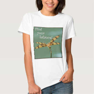 Balanza de la libélula camisetas