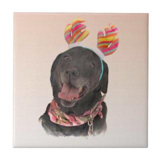 Baldosa cerámica del perro negro lindo del