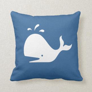 ballena blanca del DIBUJO ANIMADO en la almohada