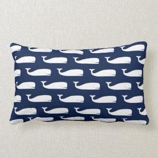 Ballenas blancas en la almohada lumbar náutica