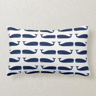 Ballenas coloreadas azul en la almohada lumbar
