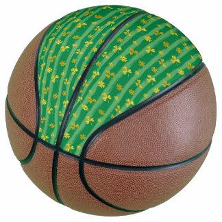 Balón De Baloncesto El verde de oro del trébol de St Patrick raya el