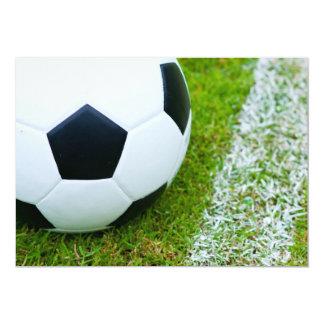 Balón de fútbol en el primer de la hierba invitación 12,7 x 17,8 cm
