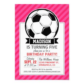 Balón de fútbol en las rayas rosadas de neón invitación 12,7 x 17,8 cm