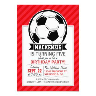 Balón de fútbol en rayas diagonales rojas invitación 12,7 x 17,8 cm