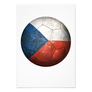 Balón de fútbol gastado de fútbol de bandera de la invitacion personal