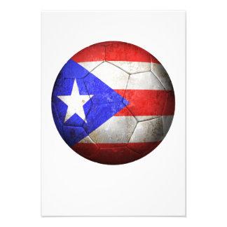 Balón de fútbol puertorriqueño gastado de fútbol d invitación