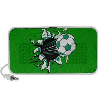 balón de fútbol que rasga a través de tiro del pod laptop altavoz