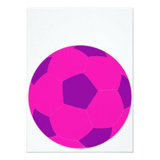 Balón de fútbol rosado y púrpura invitación 13,9 x 19,0 cm