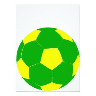 Balón de fútbol verde y amarillo invitación 13,9 x 19,0 cm