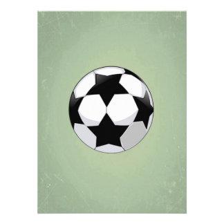 Balón de fútbol y fondo verde del vintage invitaciones personales