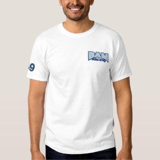BAM que compite con el logotipo y la camiseta