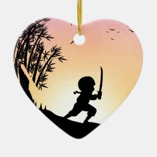 Bambú del corte del ninja de la silueta con la adorno de cerámica en forma de corazón